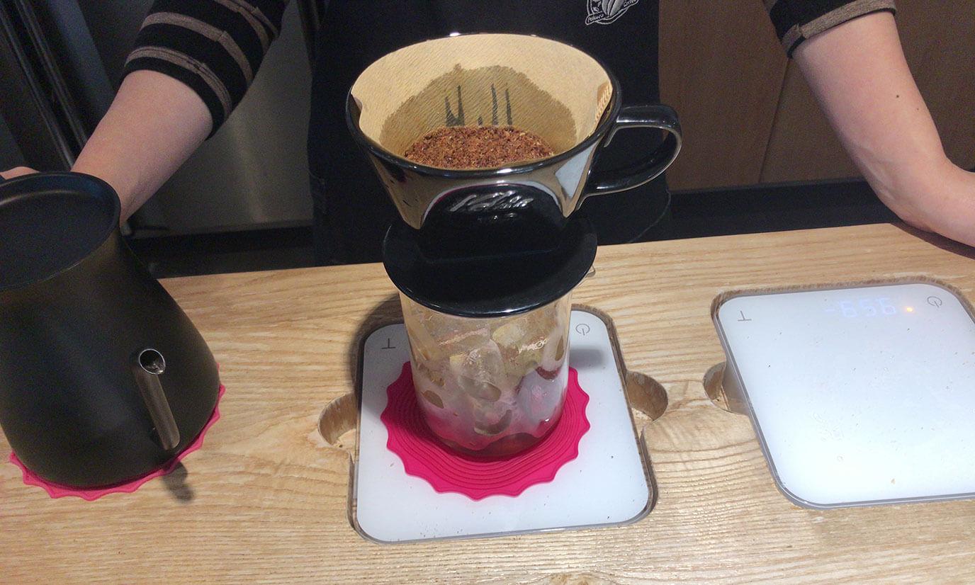 コーヒー豆をフィルターにいれてまずはコーヒーを蒸らします