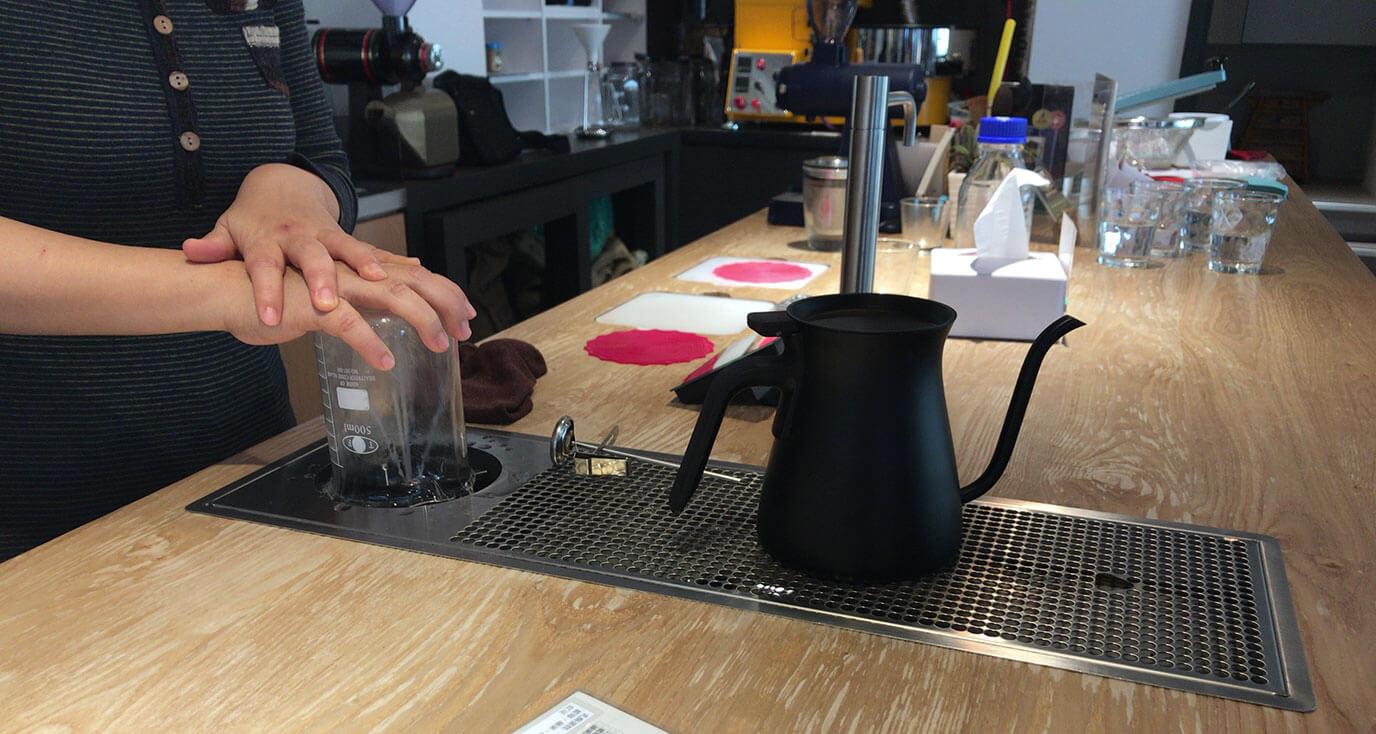手で押すとプシューと水が出てきて自動でコーヒーサーバーを洗浄してくれるそうです