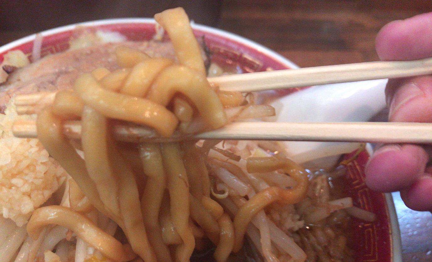 麺は極太麺でもちもちして食べ応えがあります