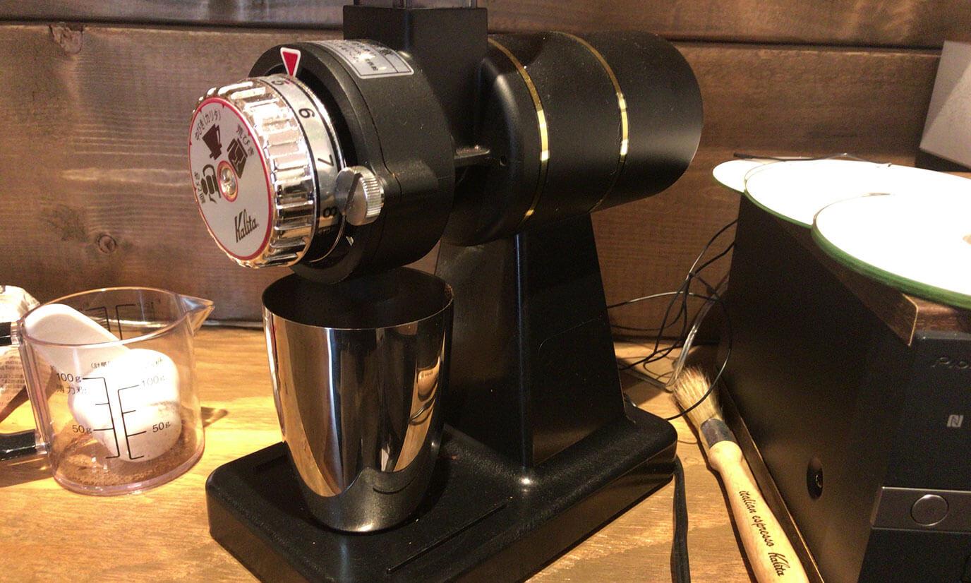 コーヒー豆をスプーンすりきり1杯をコーヒーミルに淹れて挽きます