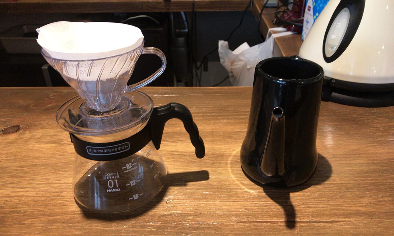 コーヒーを淹れる準備をします。淹れる際はまず全体に円を描き30秒ほど蒸らしてから淹れるそうです。