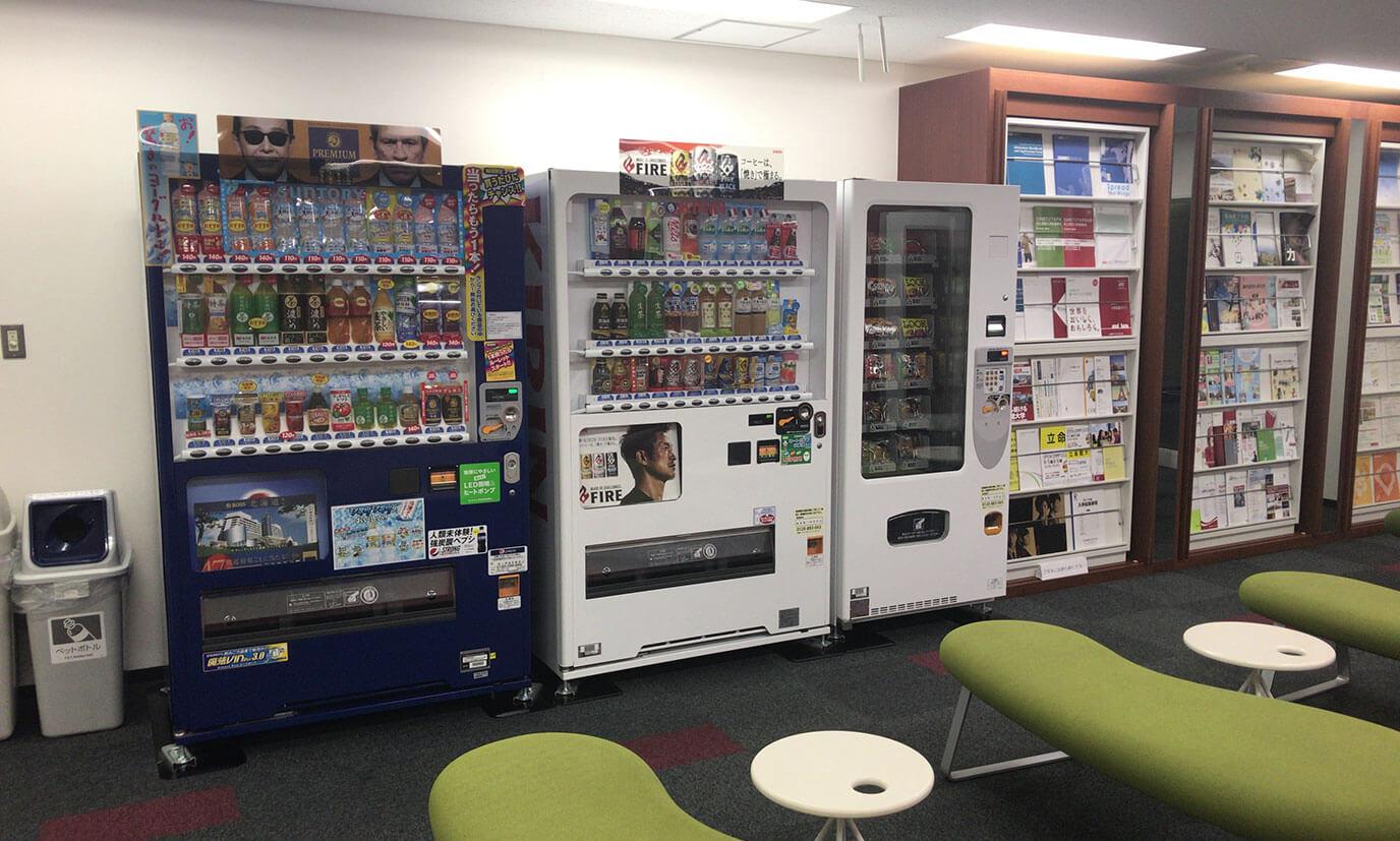 ロビーに自動販売機が複数あり飲み物はもちろんのこと食べ物も置いてあるので建物外に出ることなく作業を続けることができます