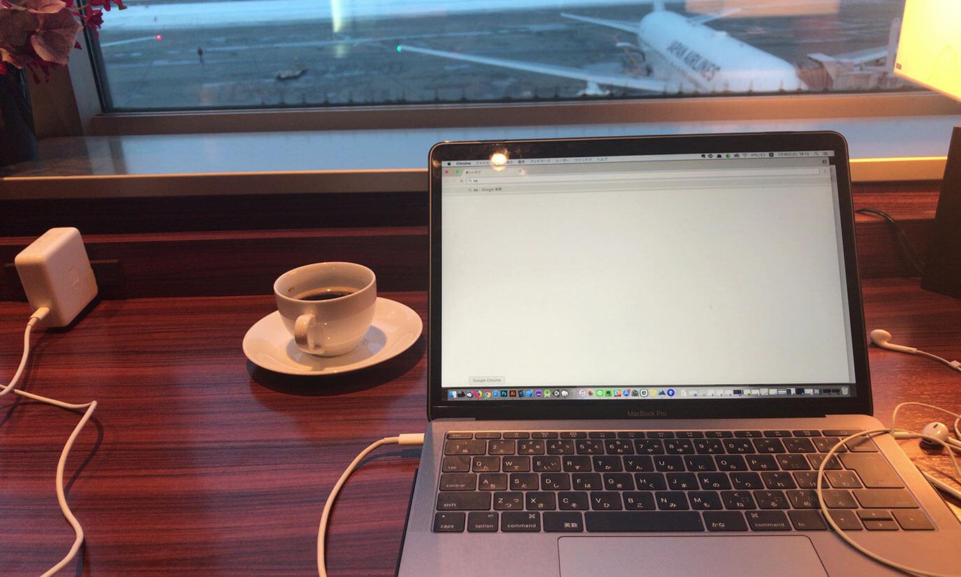 全体的に静かな環境で特に窓際と奥の個室はパソコンを使う人が多く、あまり話をしている人は見かけませんでした。窓際の席に関してはコンセントが二つあるのでお隣さんがいらっしゃらない場合はパソコンとスマホの充電を同時に行うことが出来ます
