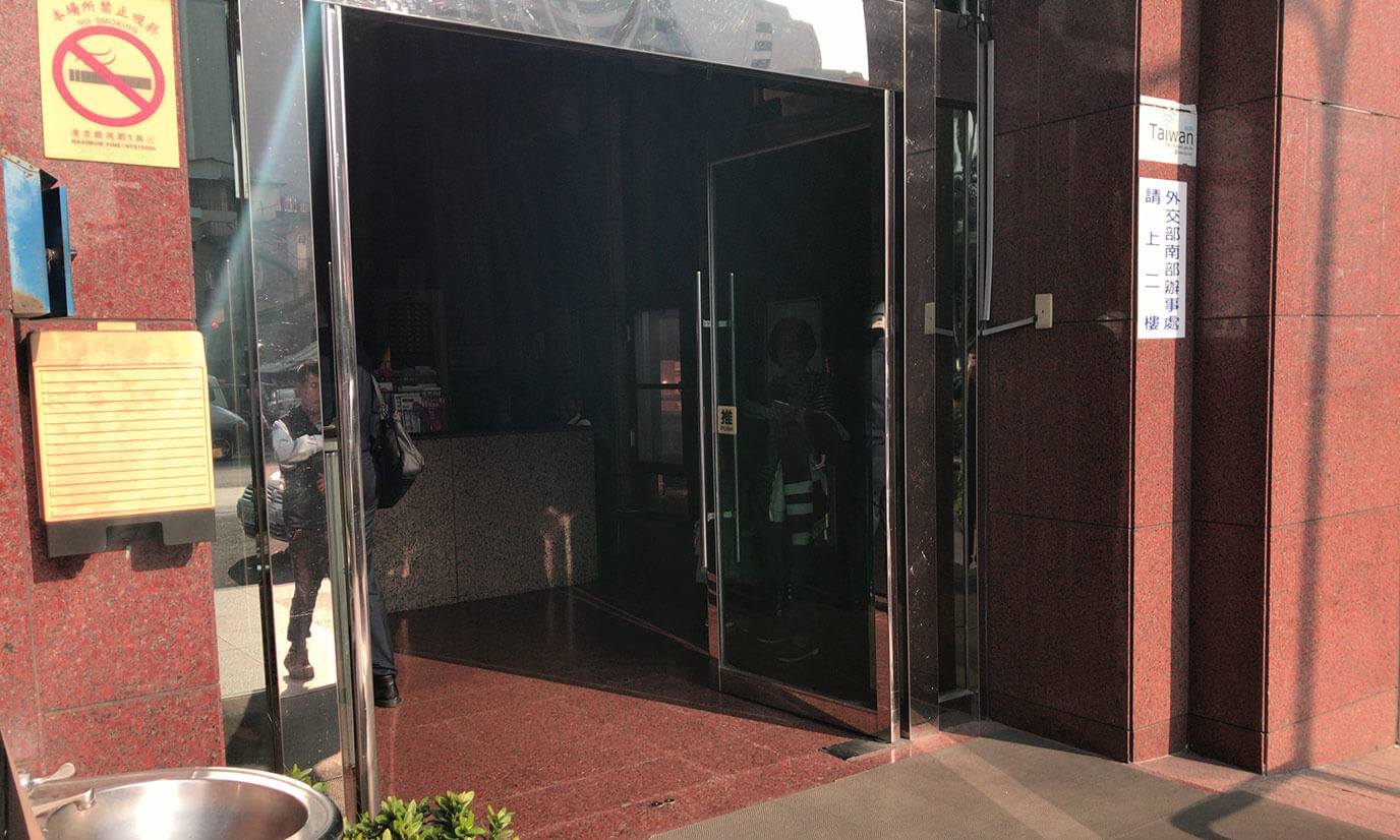 右側の入り口はこんな感じで左に比べて大きい入り口になります