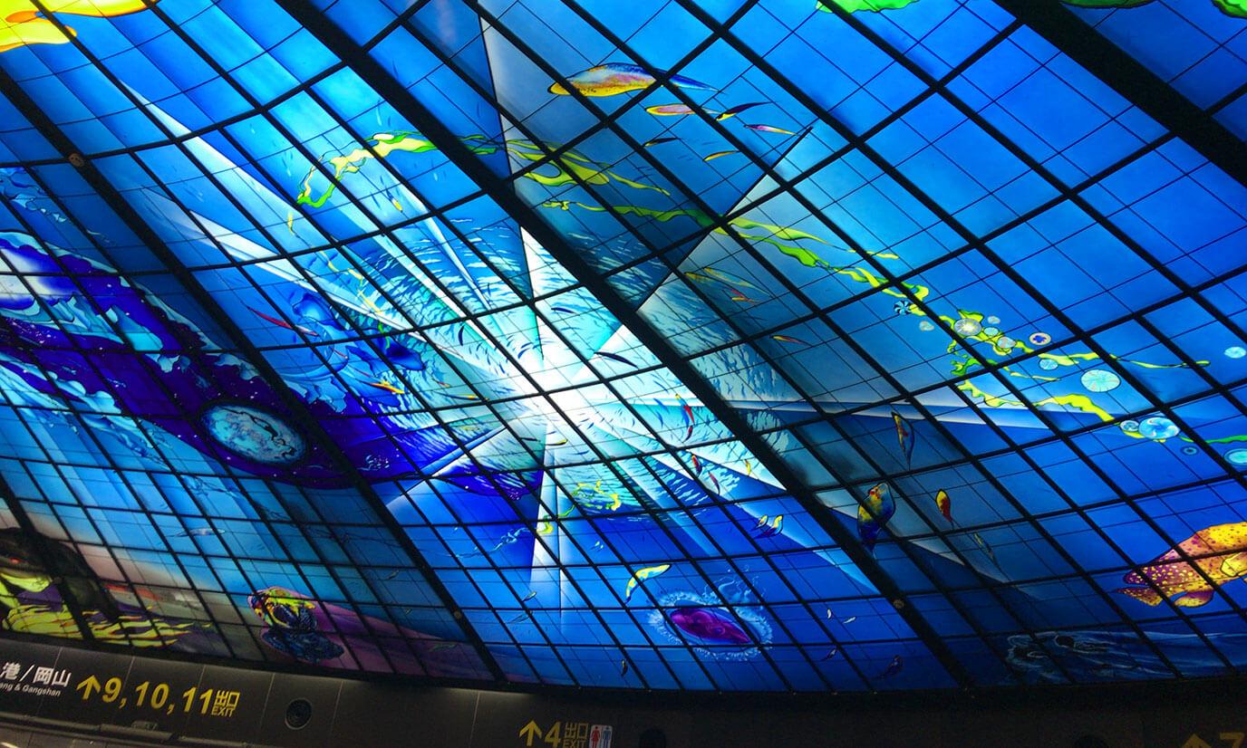 天井を見渡すと一面素敵なステンドグラスが広がっています
