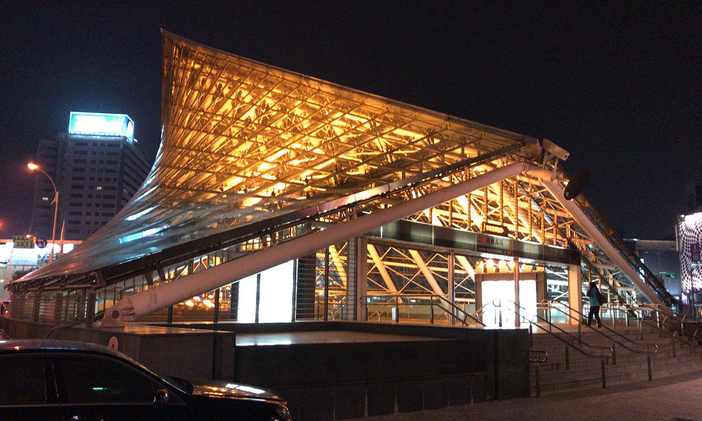 後日写真を撮りに美麗島駅へ行くと外観はこんな感じにライトアップされていました
