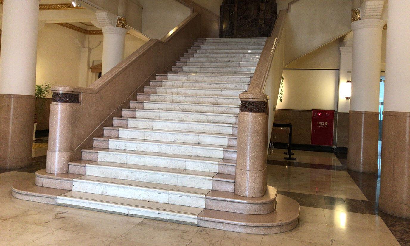 高雄市立歴史博物館の入り口に入ってみるととても大きな階段がまず目に入ります