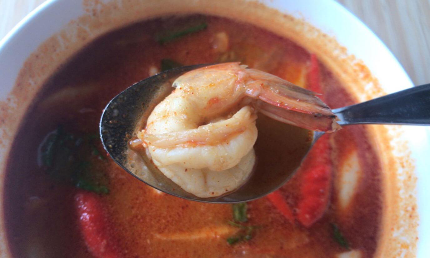 エビを一口パクッと食べるとトムヤムの独特な酸味が広がり、後から強烈な辛味がやってきます