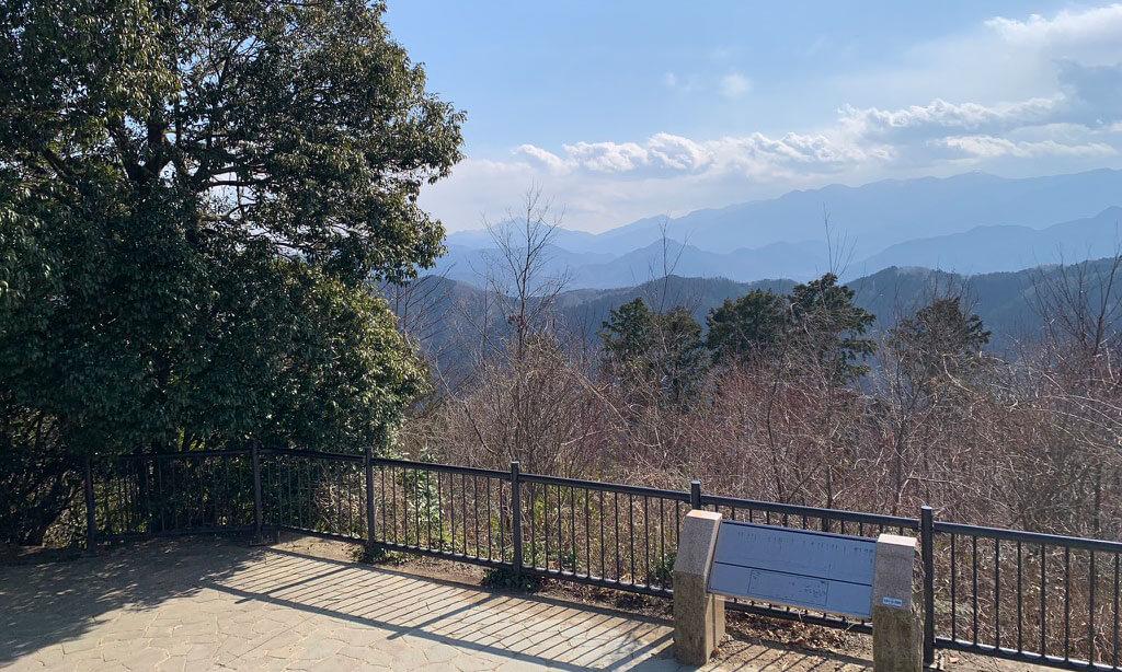 一号路で高尾山の魅力を満喫しつつ山頂に到着すると山々に囲まれた絶景を見る事が出来ます