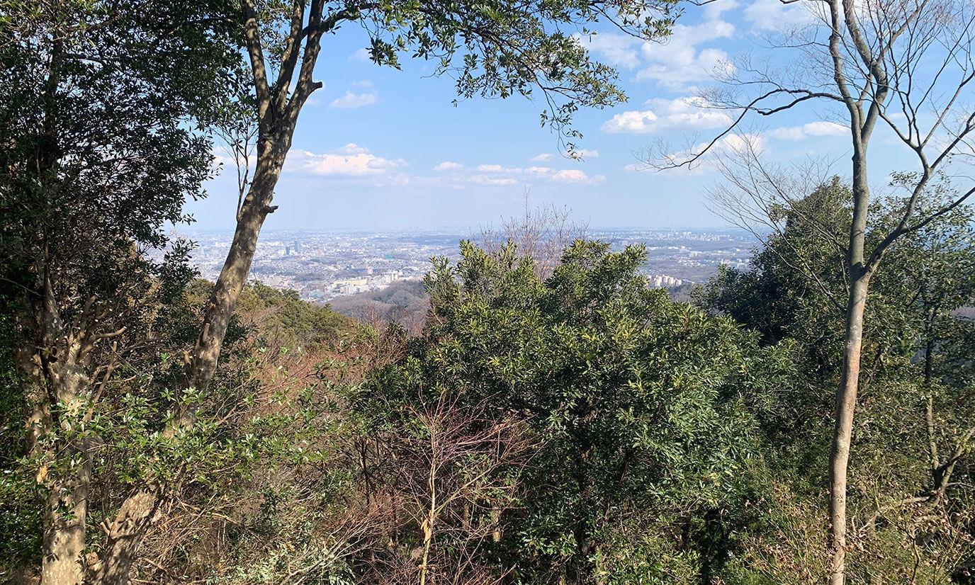 リフトを降りると小さい展望台の様な場所があります。ここでみる景色も十分綺麗ですが、山頂はもっと綺麗です!