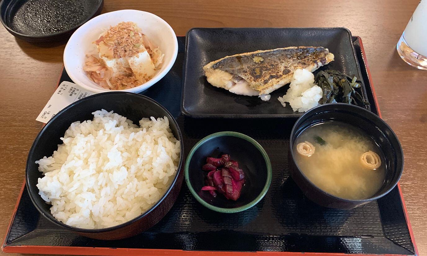 僕はサワラの西京焼定食とカルピスサワーを注文しました